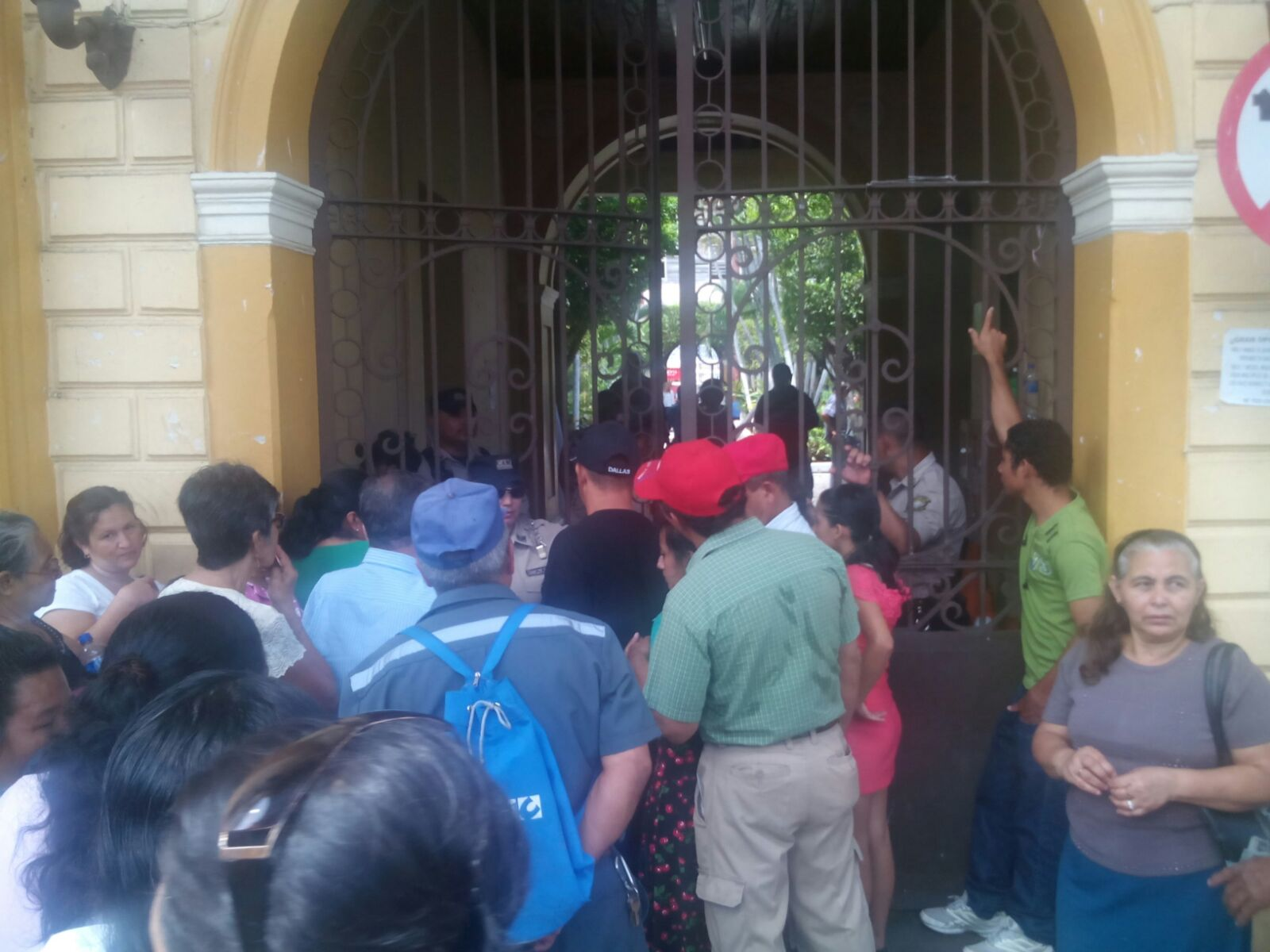 Trabajadores de la comuna santaneca realizan paro de labores
