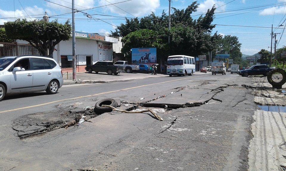 Lluvias generan daños en asfalto de la calle Aldea San Antonio