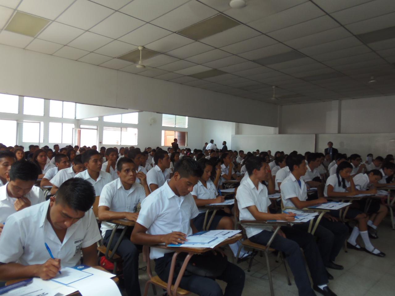 Imparten seminario sobre características y medidas de seguridad de los billetes a estudiantes del occidente del país