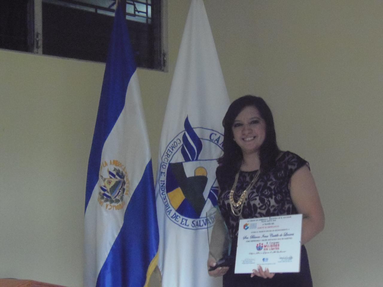 Blanca de Linares es galardonada por la Camara de Comercio como «Mujer Destacada 2016» en la ciudad de Santa Ana