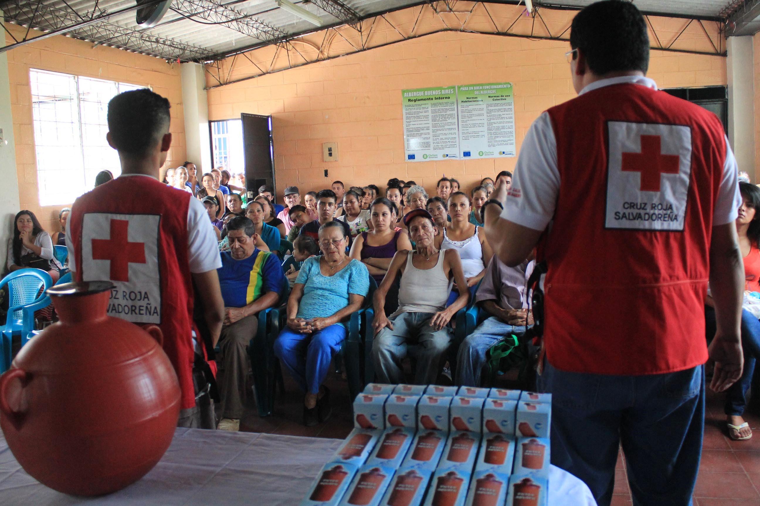 Cruz Roja Salvadoreña entrega kits de agua a familias