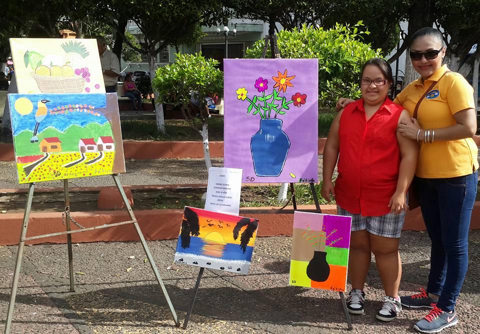 Artistas con Síndrome Down exponen sus obras de arte en el parque libertad