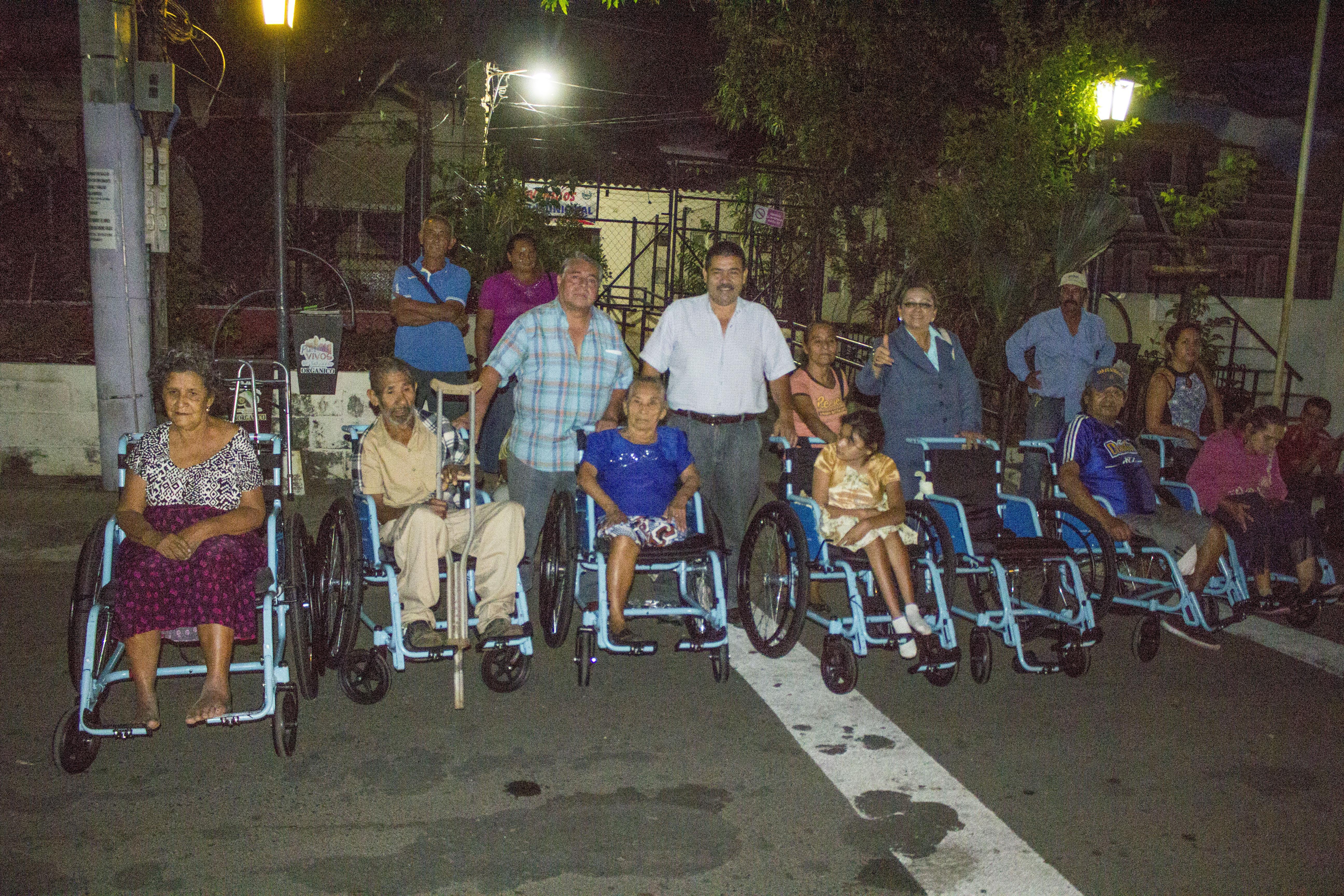 Alcaldía de Chalchuapa entregó diecisiete sillas de ruedas a personas de escasos recursos