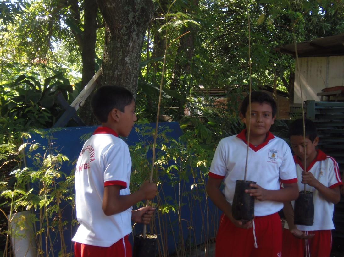 Alumnos de centros escolares santanecos reciben árboles como parte del proyecto un millón de pulmones