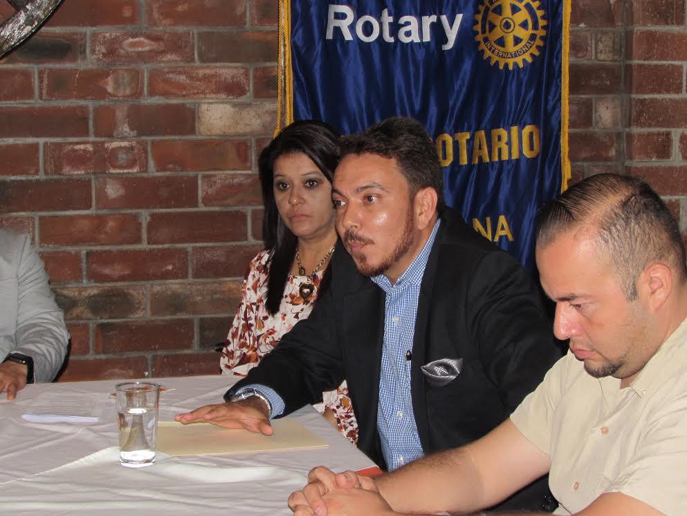 Charla de la historia del arte en El Salvador se imparte en Club Rotario