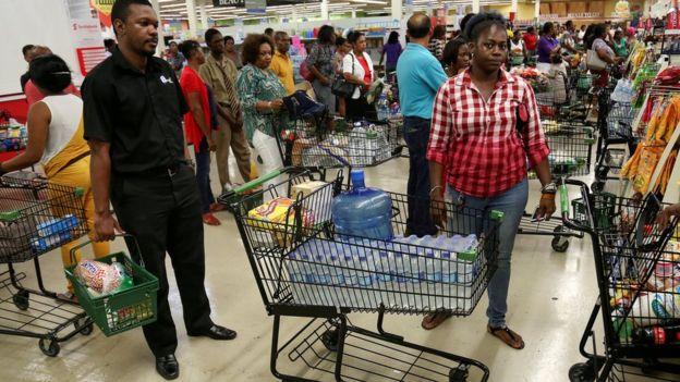 Caribeños se  preparan para recibir a Huracàn Mathew