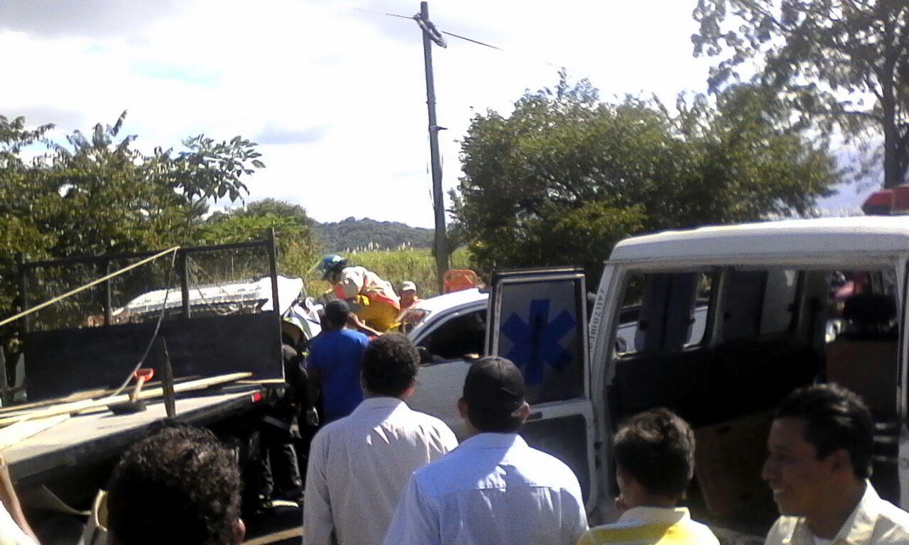 Vehículo se impactó con la cabina de una rastra