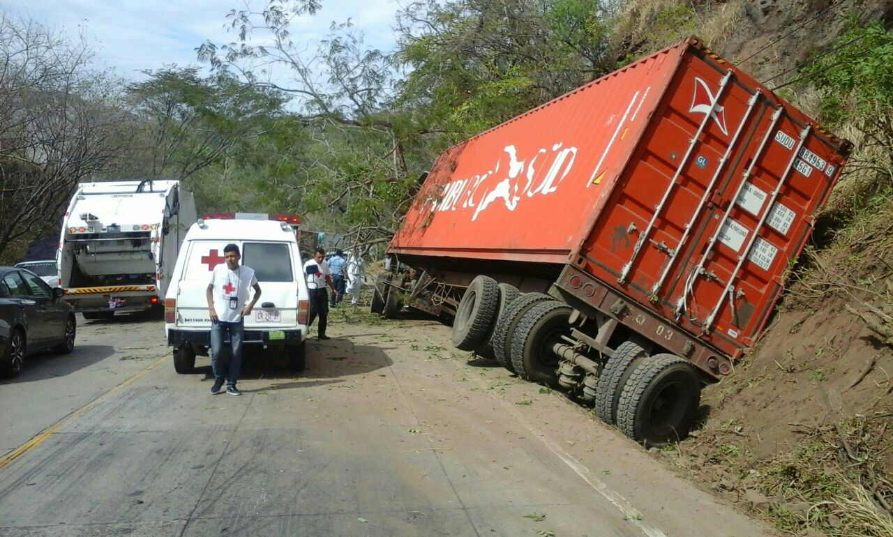 Peligro por vuelco de rastra carretera a Metapán.