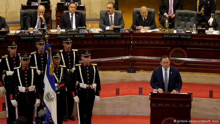 El Salvador emitirá bonos para evitar impago
