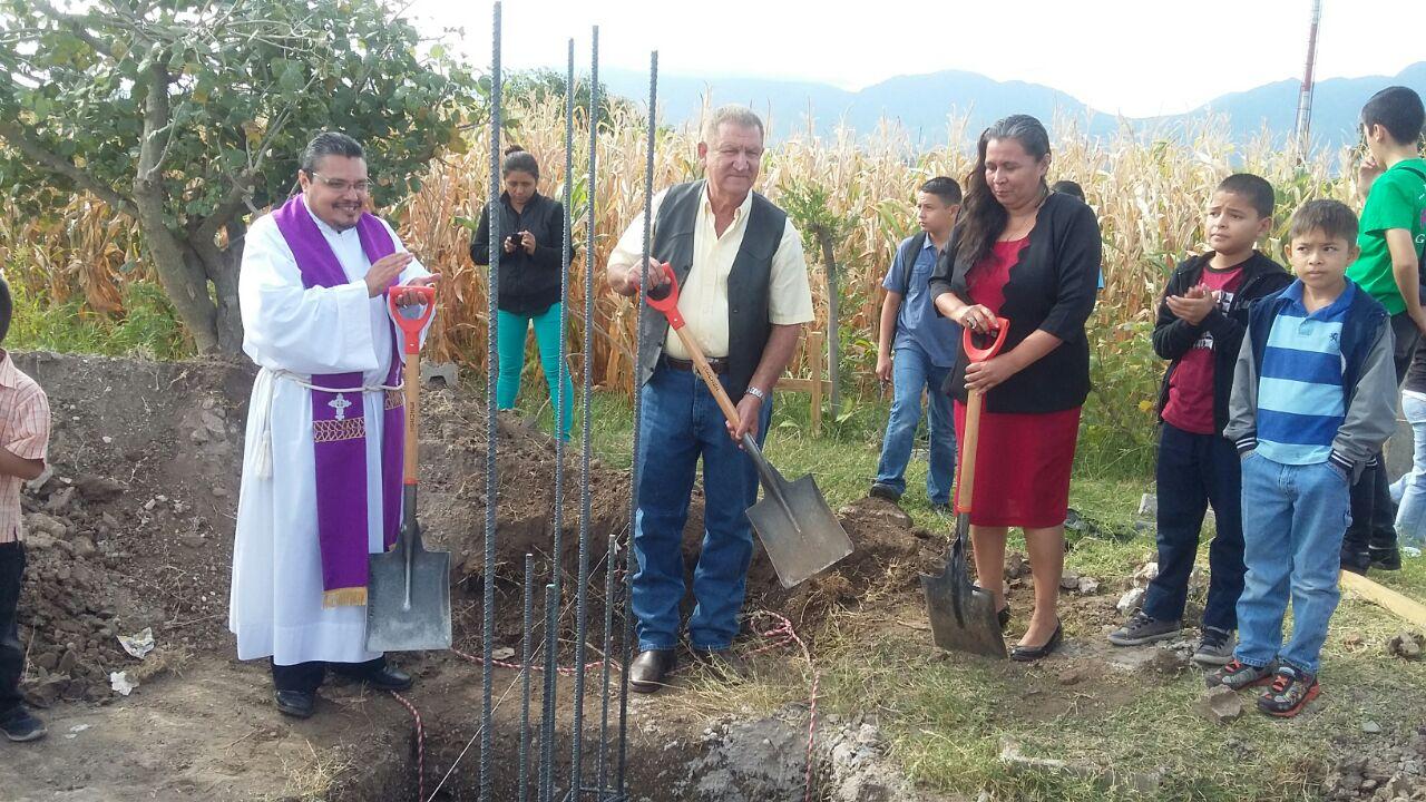 Colocan primera piedra de la iglesia católica Cristo Rey