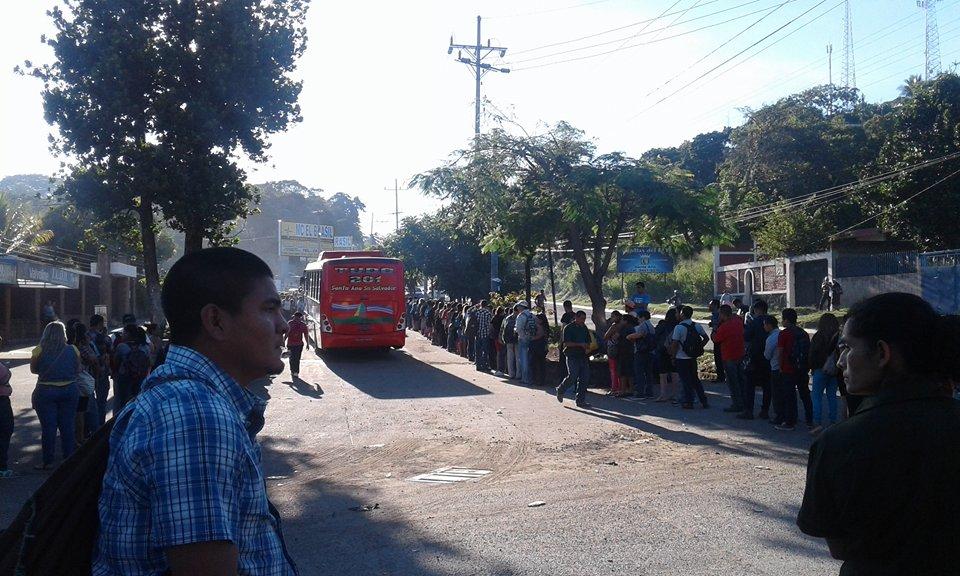 Terminales de buses que transportan a San Salvador amanecen  abarrotadas
