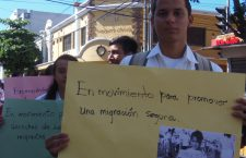 los-estudiantes-mostraban-sus-carteles-con-diferentes-mensajes-para-la-ciudadania