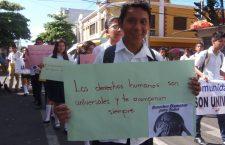 los-estudiantes-mostraban-sus-carteles-con-mensajes-para-la-ciudadania