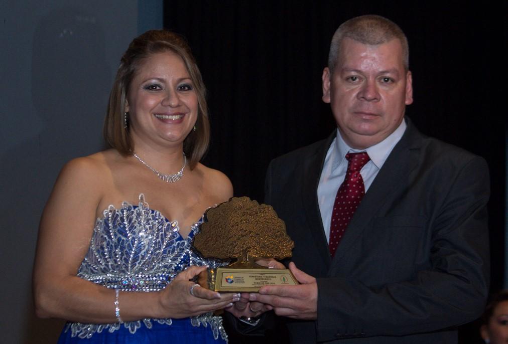 Ferreteria Montecristo en Ahuachapán recibe galardón al merito empresarial