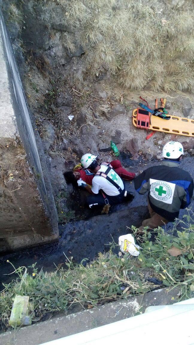 Cruz Verde rescata a indigente que cae de un puente