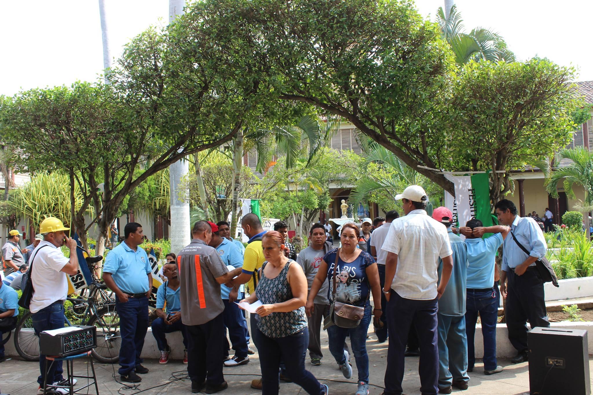 Sindicalistas realizan paro de labores por supuesta supresión de plazas en la comuna santaneca