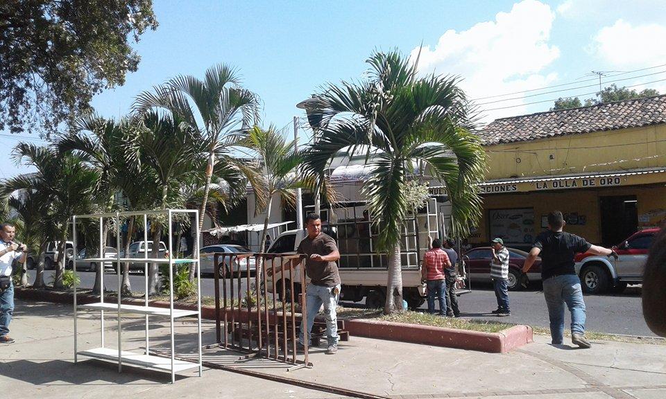 Comerciantes de pólvora listos para instalarse en sus puestos temporales