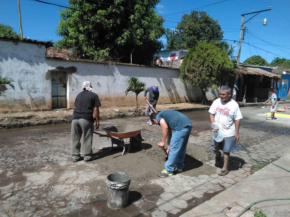 Vecinos unen esfuerzos para reparar calle principal de colonia Santa Isabel