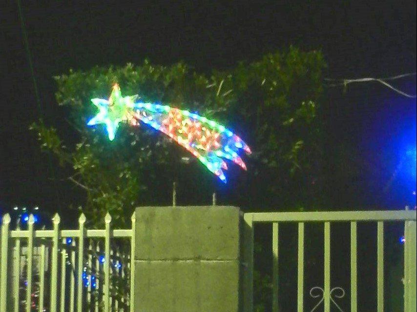 Decoración navideña invade pasajes de la colonia Jardines del Tecana