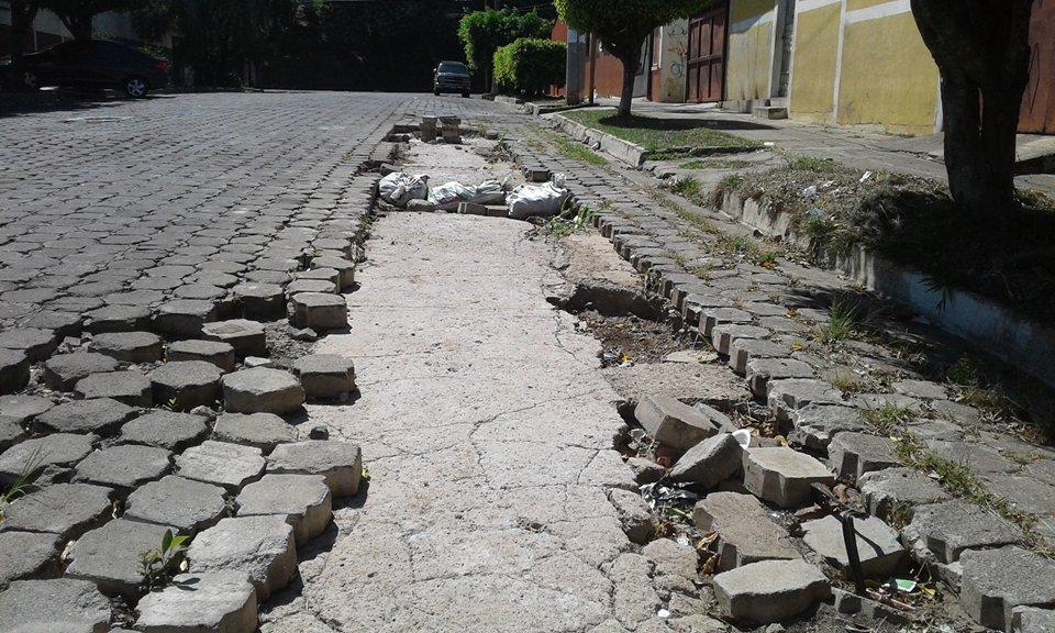 14 avenida en Santa Ana requiere de  trabajos de reparación