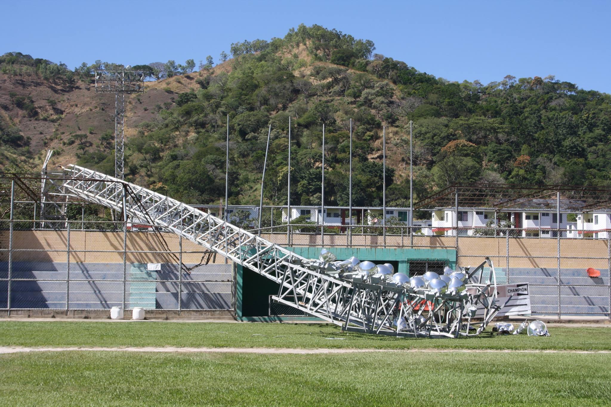 Vientos derriban torre de iluminación en INDES Santa Ana