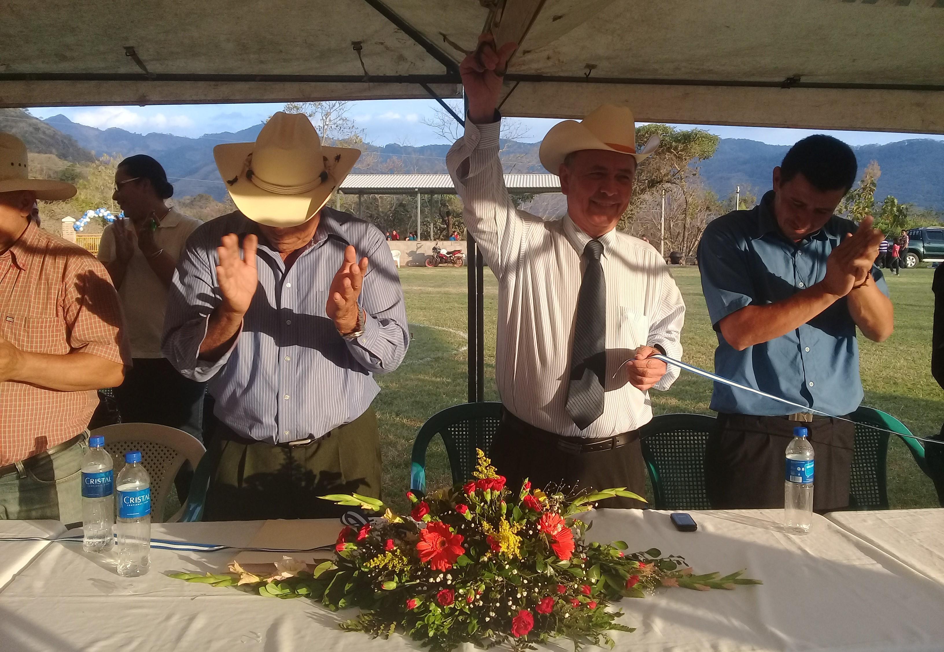 Alcaldía inaugura cancha deportiva en cantón Las Tapias en Metapan