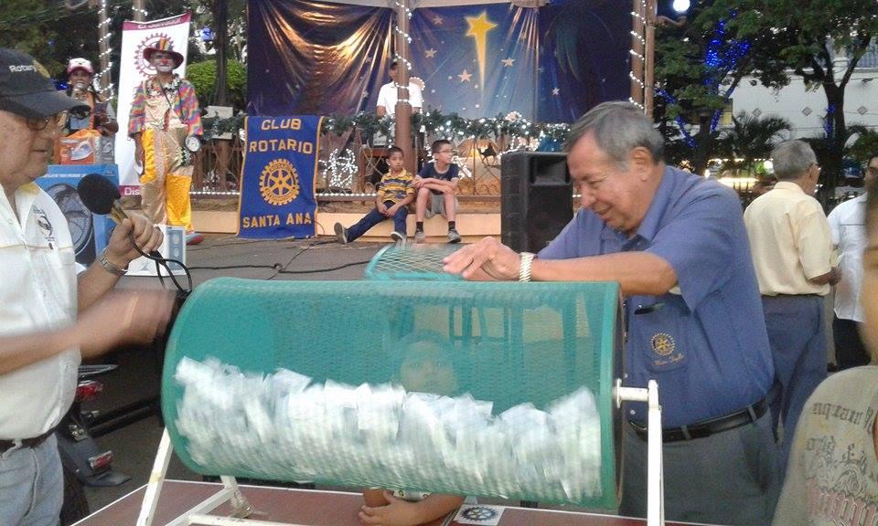 Ganadores de rifa benefica de Club Rotario Santa Ana.