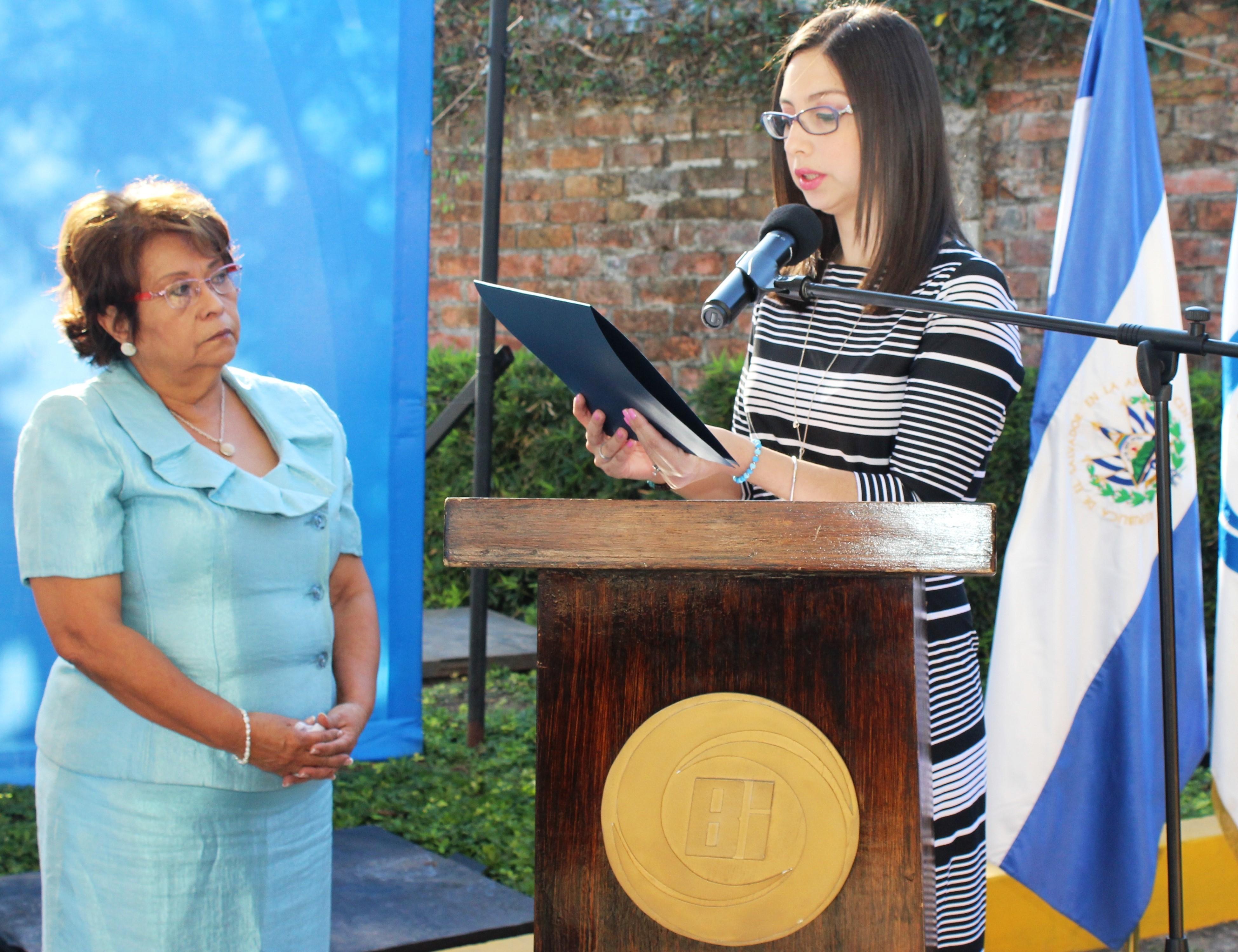 Banco Industrial otorga reconocimiento a Rina Francia Bolaños por su destacada labor