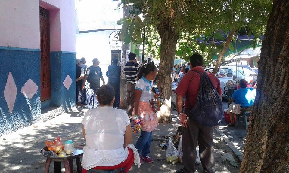 Sindicato de vendedores informales impide desalojo en 13 avenida sur