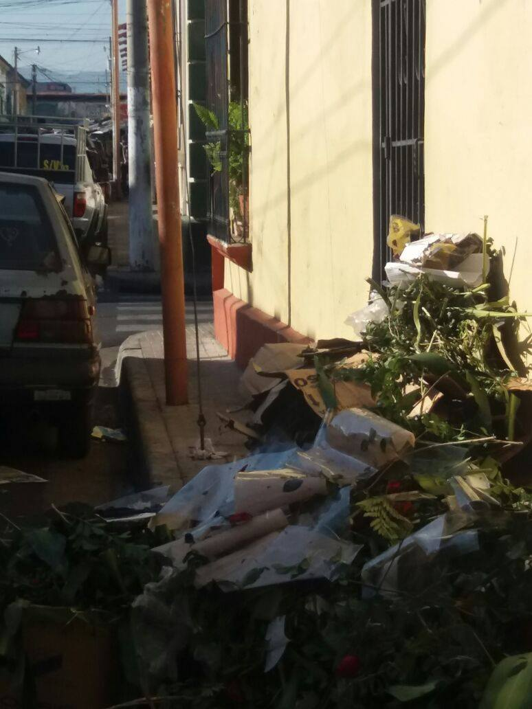 Santa Ana continúa con las calles sucias