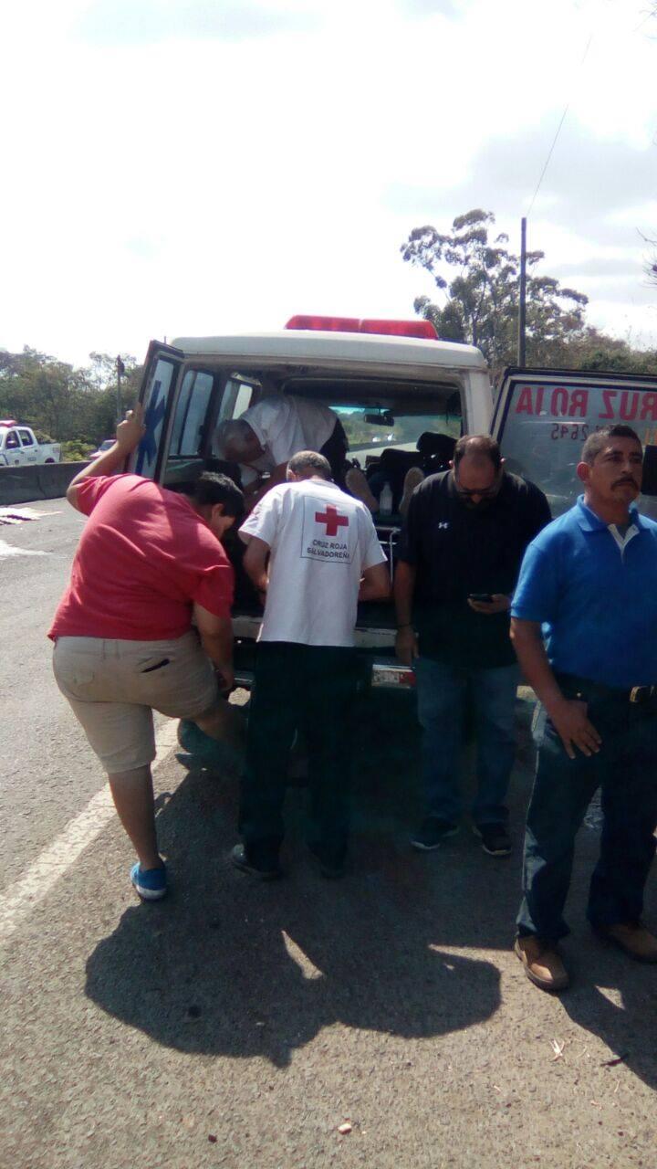 Cruz Roja atiende a víctimas de accidente vehicular sobre el Km. 53