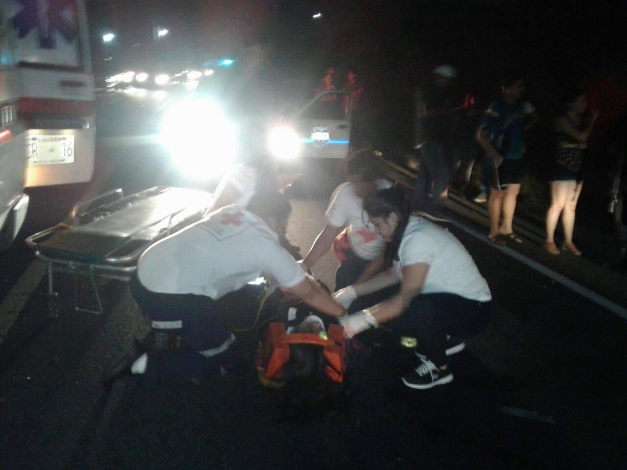 Cruz Roja atiende a víctima de accidente de tránsito