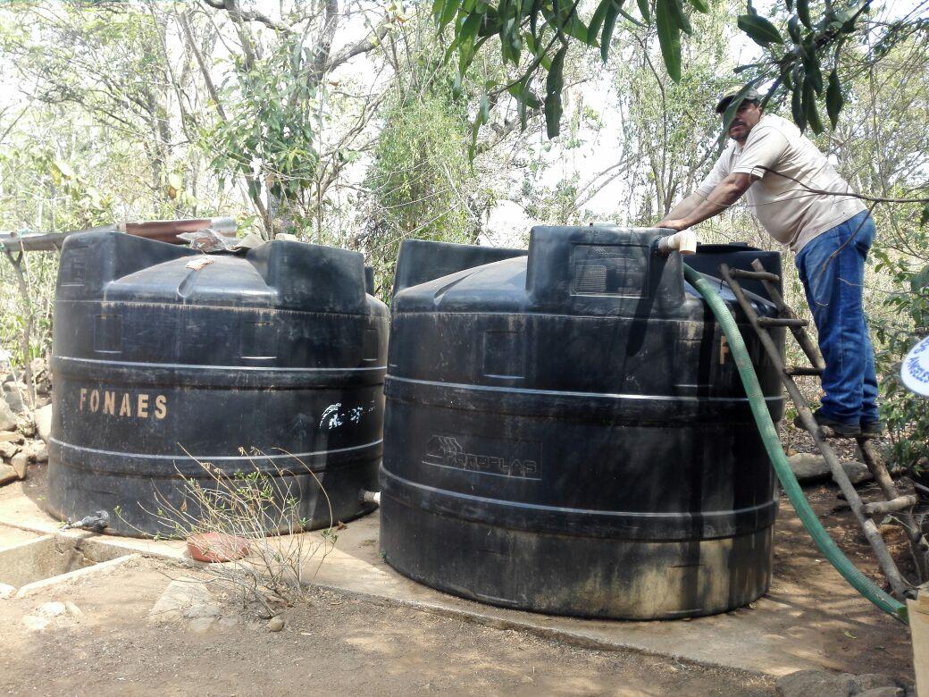 Reabastecen tanques de agua en Caserío El Pichiche, Candelaria de la Frontera tras incendio