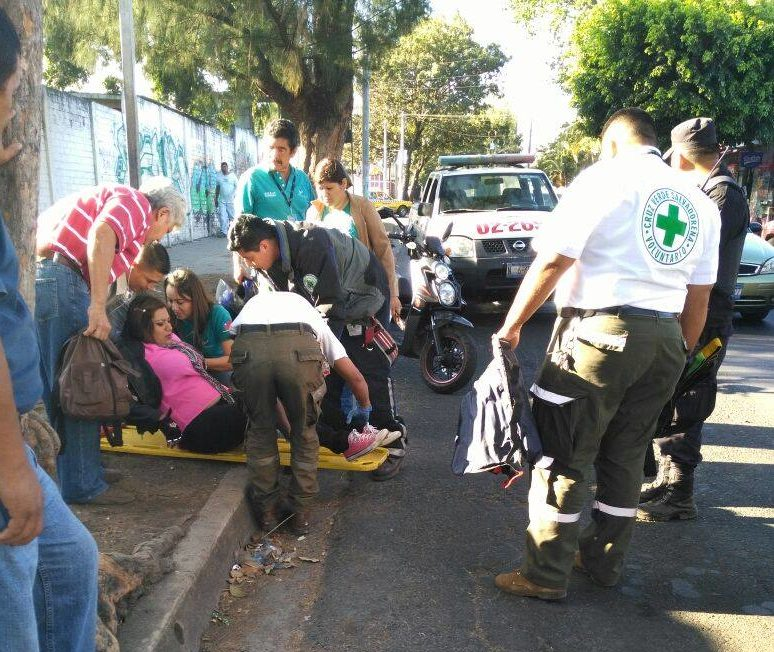 Mujer sufre accidente por esquivar bache con su motocicleta