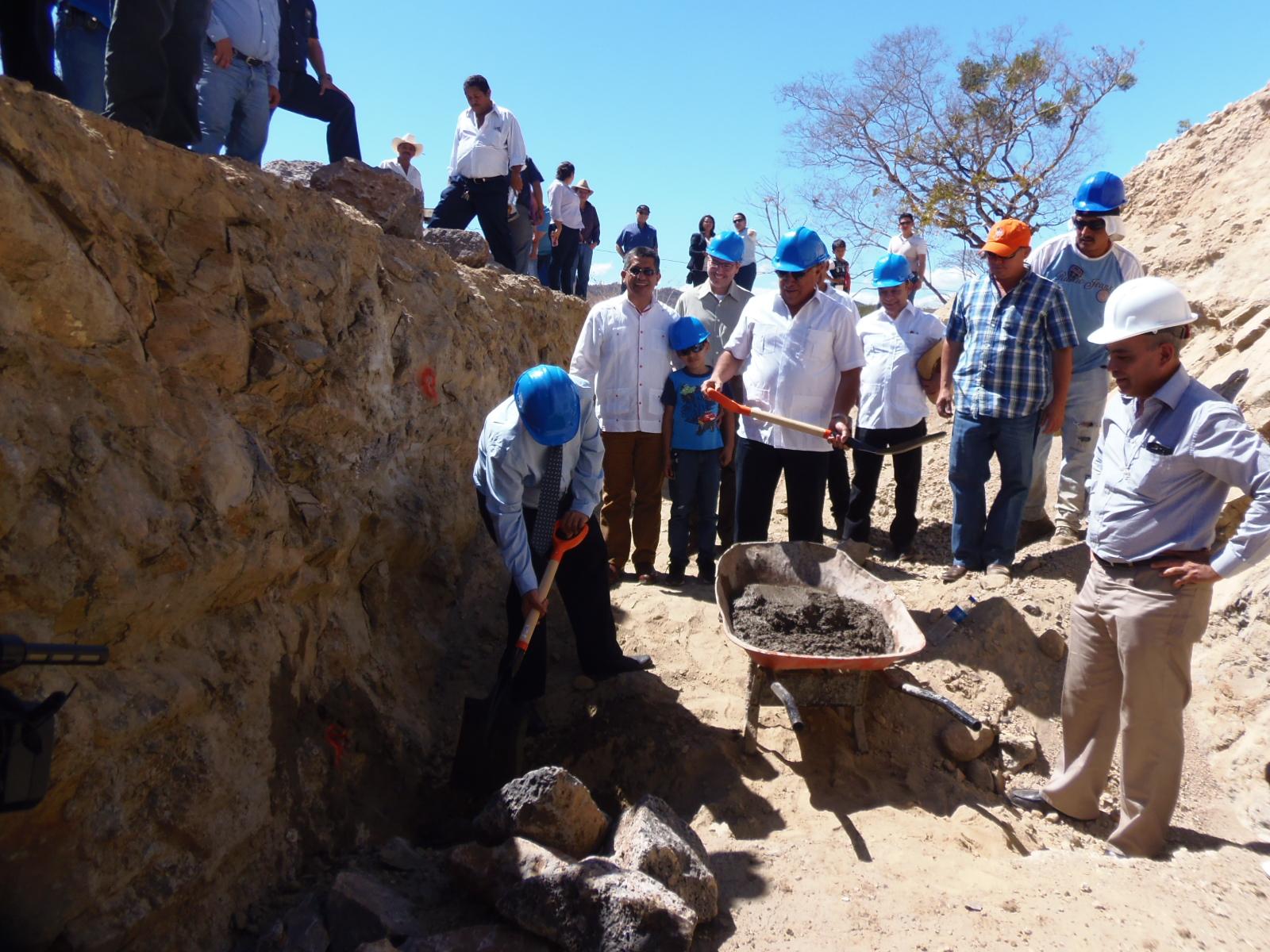 Autoridades colocan primera piedra del proyecto de tratamiento de aguas residuales
