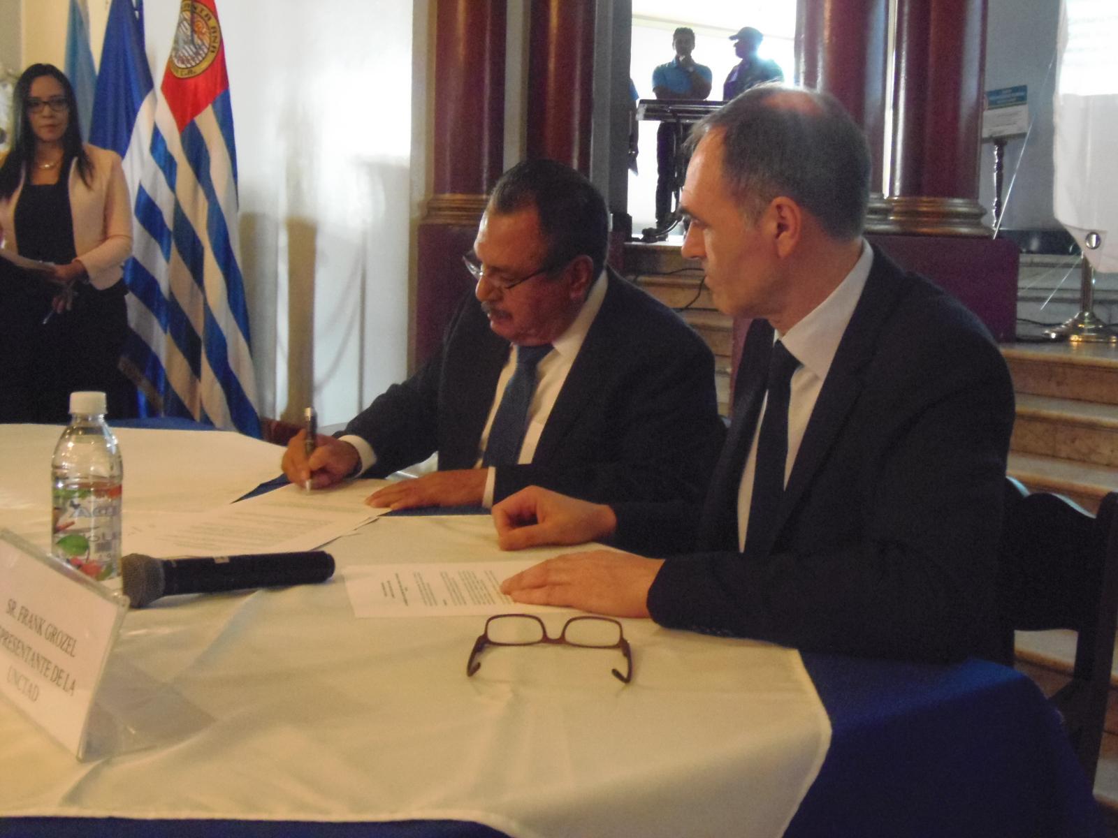 Alcaldía santaneca y UNCTAD firman convenio para facilitar trámites administrativos del sector empresarial