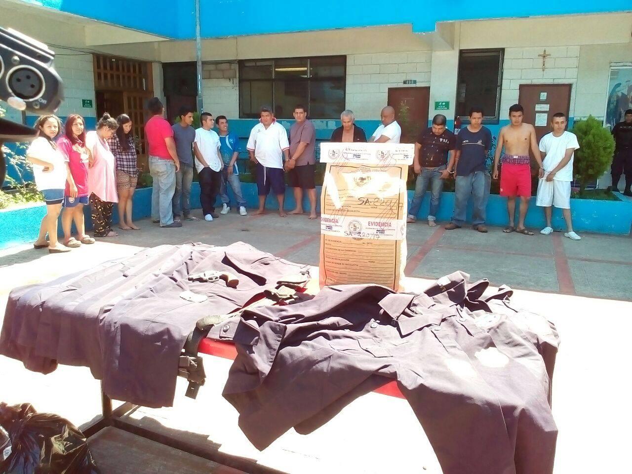 Capturan a fiscal con 18 uniformes policiales en cantón Comecayo