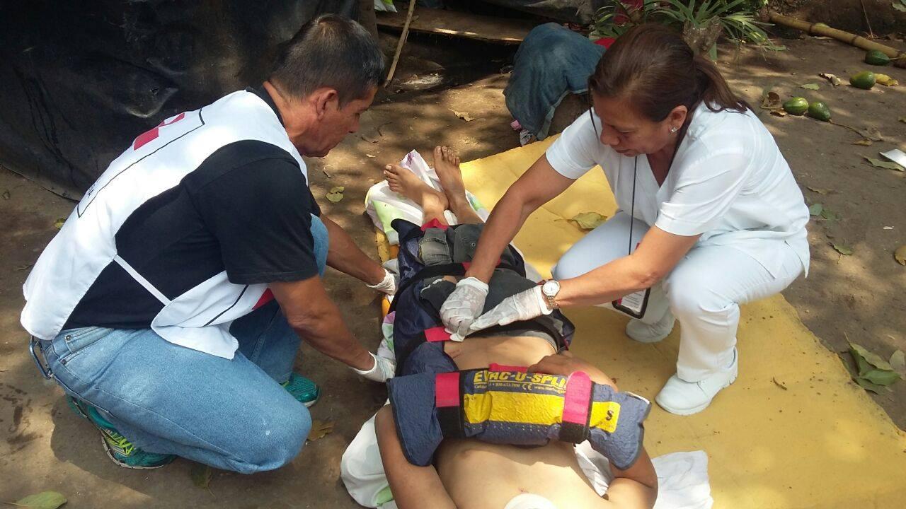 Cruz Roja atiende a joven que sufrió varias lesiones al caer de un árbol