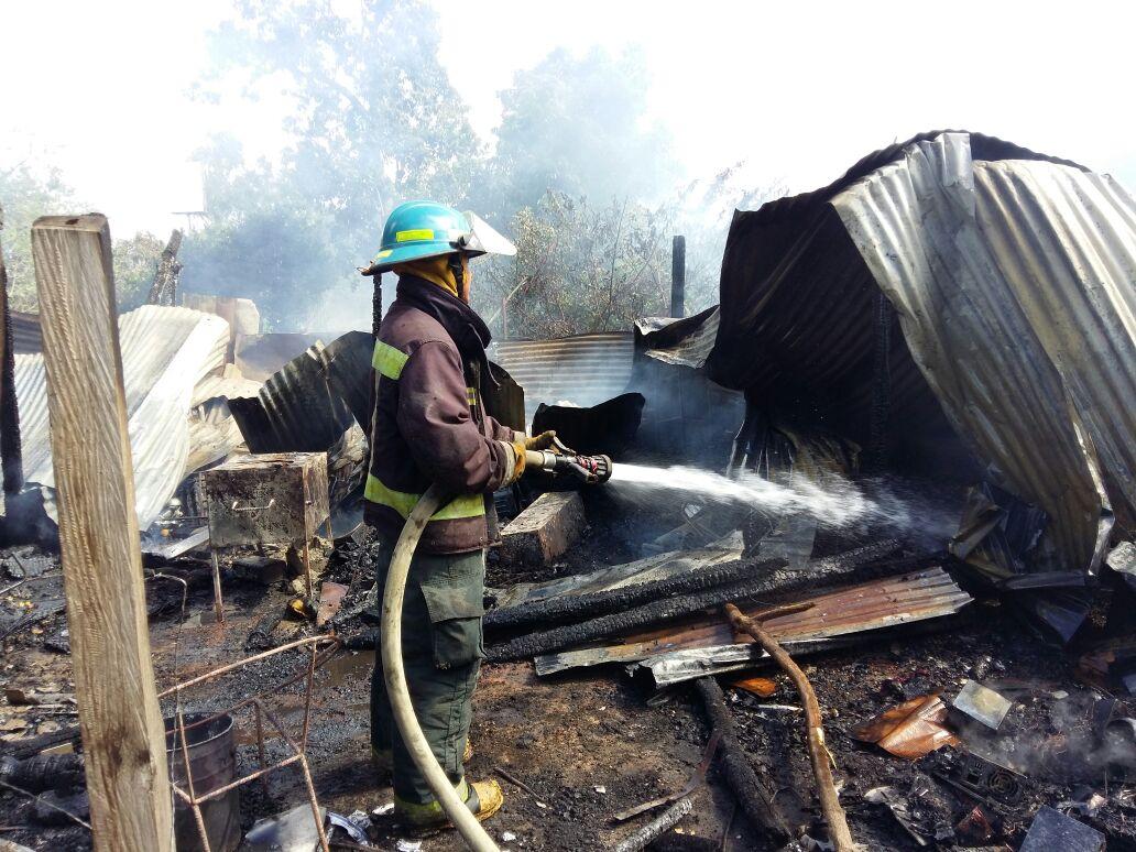 Corto circuito provocó incendio en vivienda de lotificación Los Ángeles