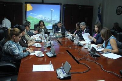 Analizan propuesta para ampliar cobertura del ISSS a familiares de cotizantes