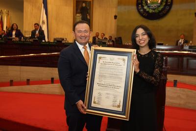 Distinguida Pintora de El Salvador es reconocida por su trayectoria