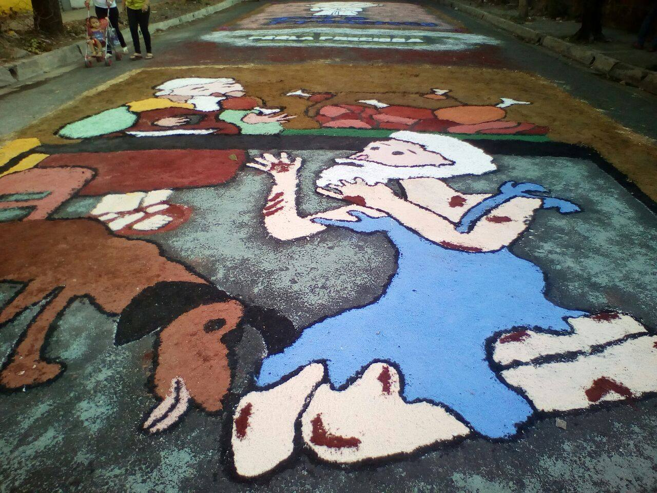 Feligreses católicos continúan con tradición de las alfombras