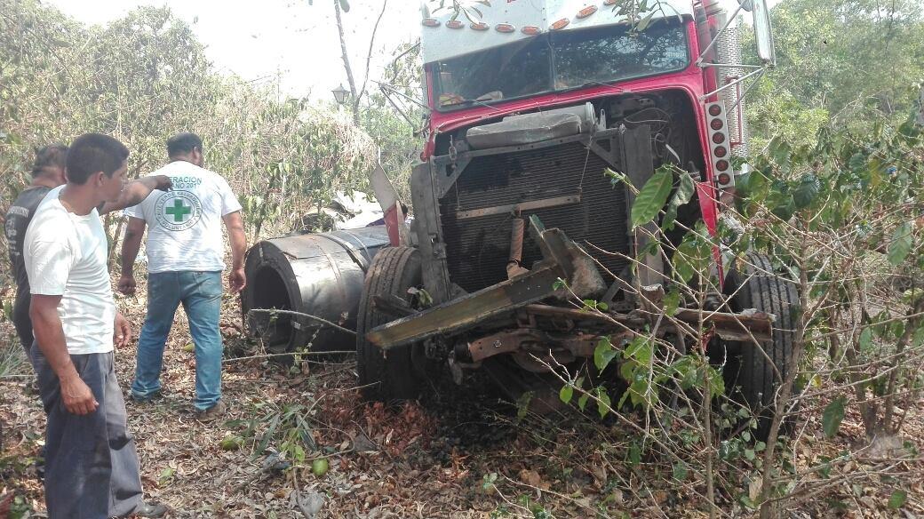 Motorista pierde el control de rastra en el desvio al Cerro Verde