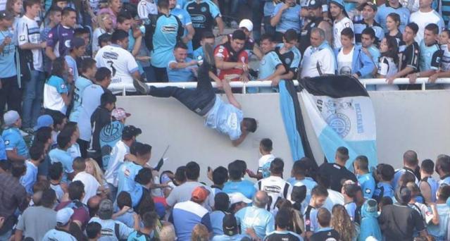 Aficionado de Belgrano de Córdoba muere tras ser arrojado desde la tribuna.