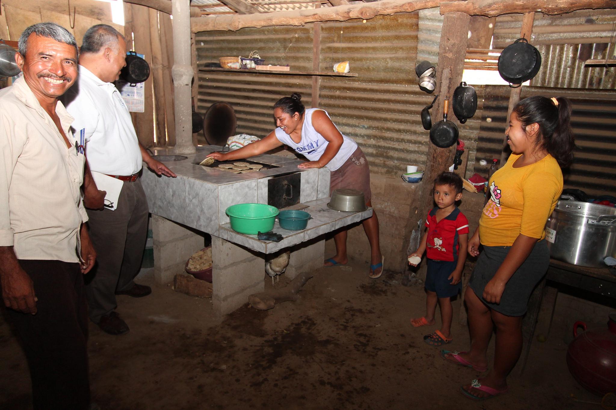 Entregan estufas ahorradoras de leña a familias de Tacuba