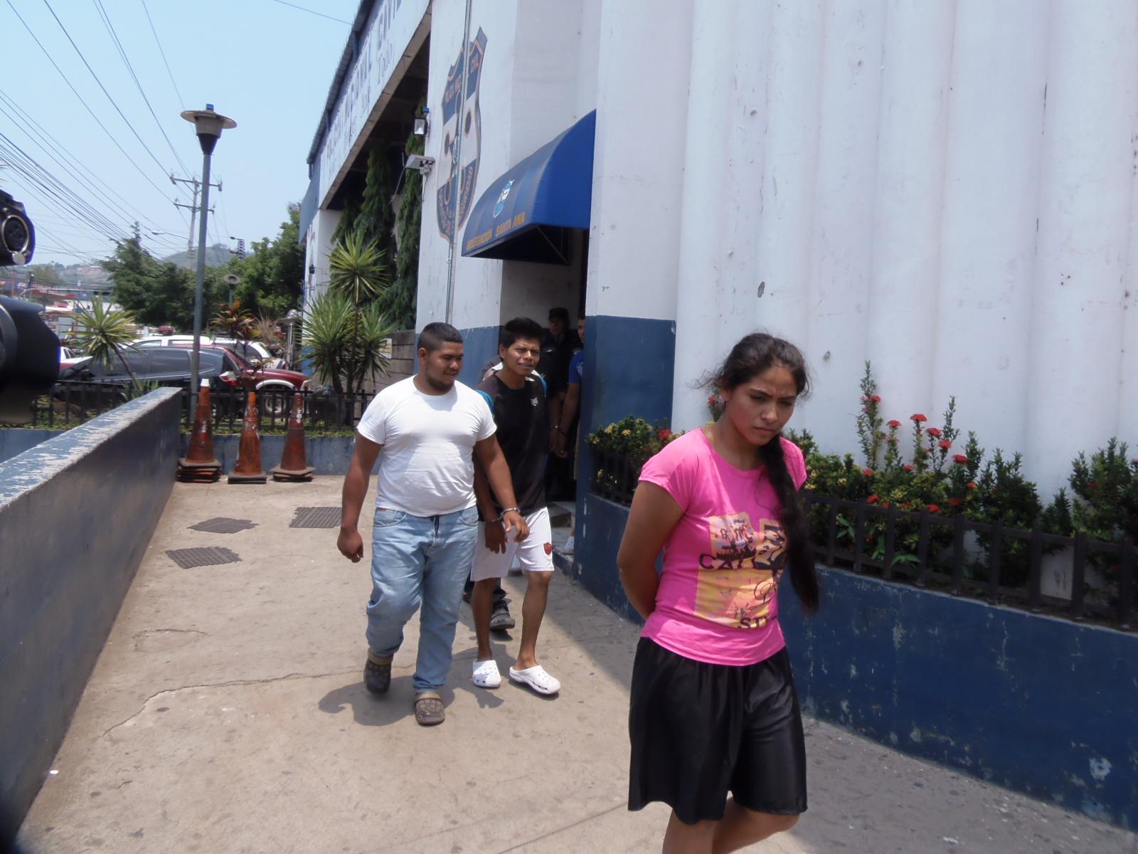 Detienen a sujetos que hurtaban piezas de motocicletas en Santa Ana