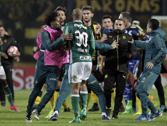 Dos equipos se van a los golpes en Copa Libertadores