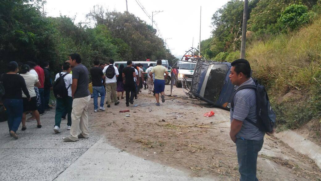 Accidente entre pick ups deja más de 40 personas lesionadas