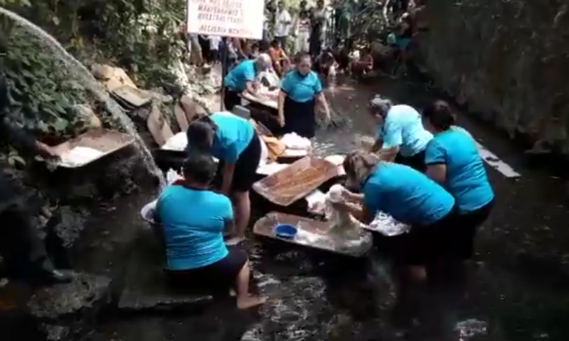 Feligreses chalchuapanecos lavan ropas de Jesús