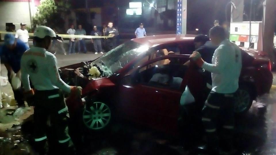 Vehículo se estrella con las oficinas administrativas de una gasolinera